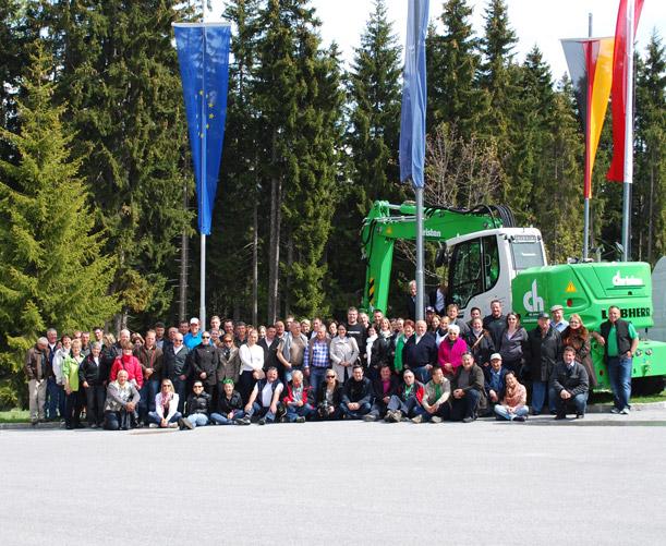 Gruppenbild vor dem Liebherr-Hotel in Österreich.